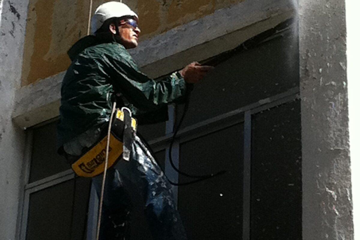Saneado y limpieza de muros preparación para pintar. Brda. Pedro Salvador. Sevilla