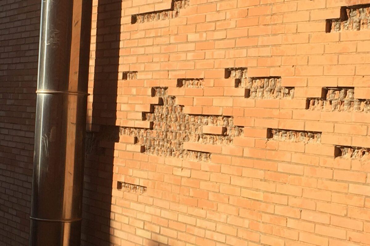 Saneado y reconstrucción de ladrillos vistos. Edificio La Estrella. Sevilla