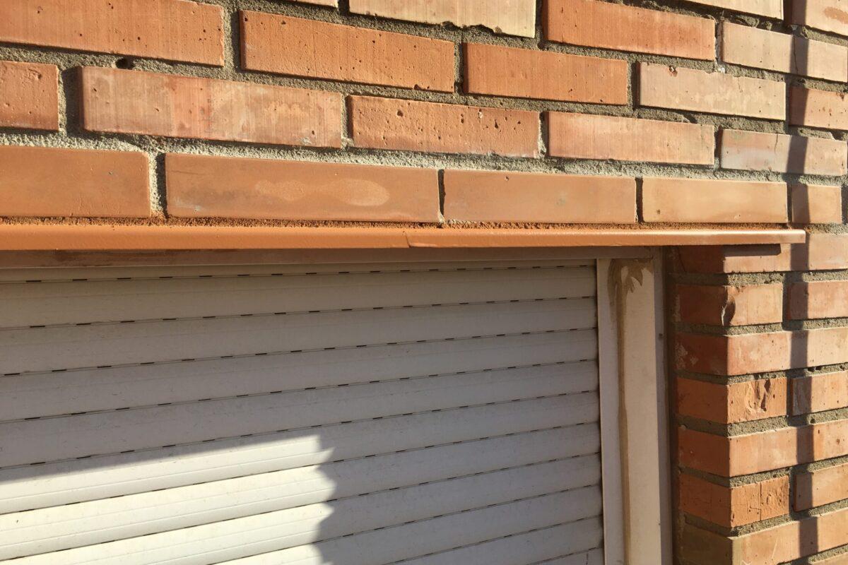 Saneado colocación de cargadero de chapa y reconstrucción de dinteles de ladrillos vistos. Edificio La Estrella. Sevilla